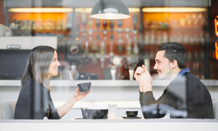 3 Ways to Keep the Conversation Flowing On a First Date
